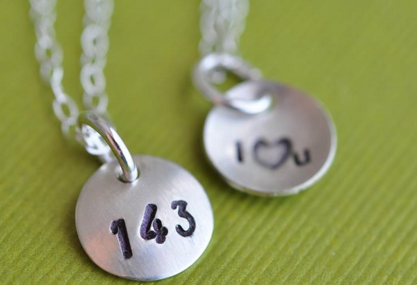 【スラング英語の教科書】I LOVE YOU?「143」の正しい意味と使い方