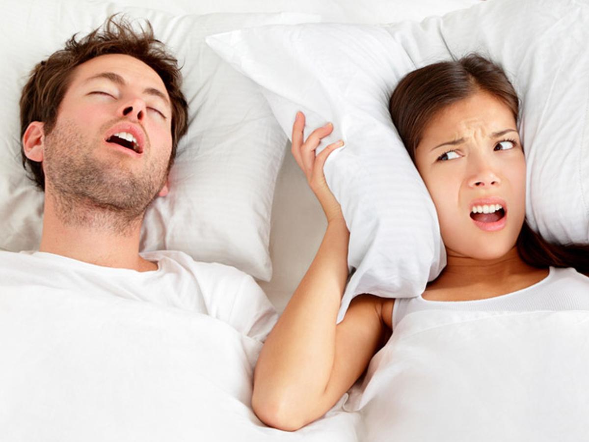 【かんたん英会話】「いびきをかく」って英語で何ていう?「snore」の意味と使い方